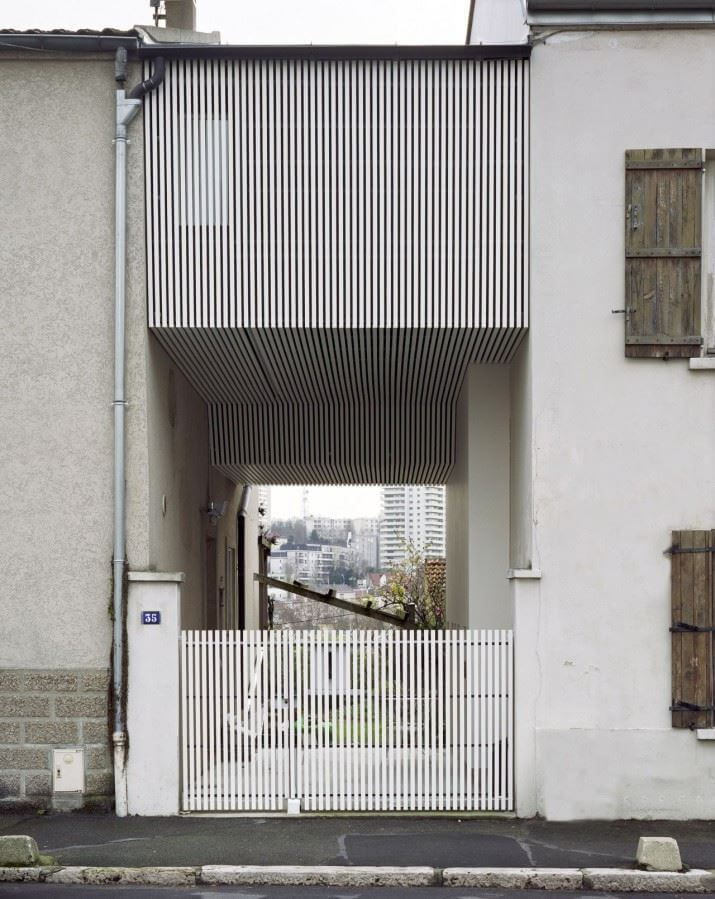 51f00cbde8e44e6da30000eb_a-suspended-room-nem-architectes_portada-715x899