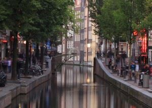 Slideshow-Joris-Laarman-MX3D-3D-printed-bridge-visualisation-canal