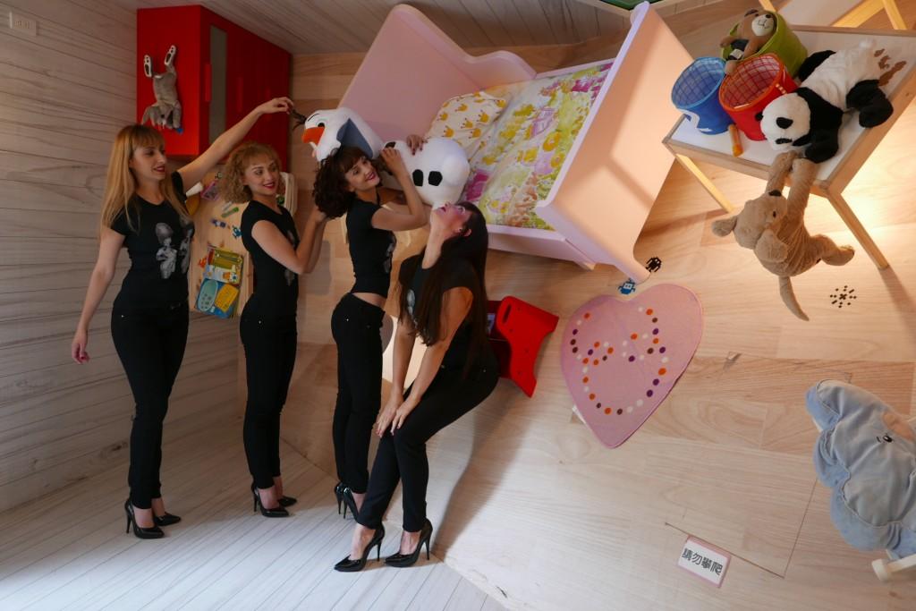 圖說:瘋馬女郎在華山顛倒屋內開心合影,左起為Daizy Blu、Lolita Kiss Curl、Starlette O'Hara、Zitta Zurbaghan。圖片:時藝多媒體提供。