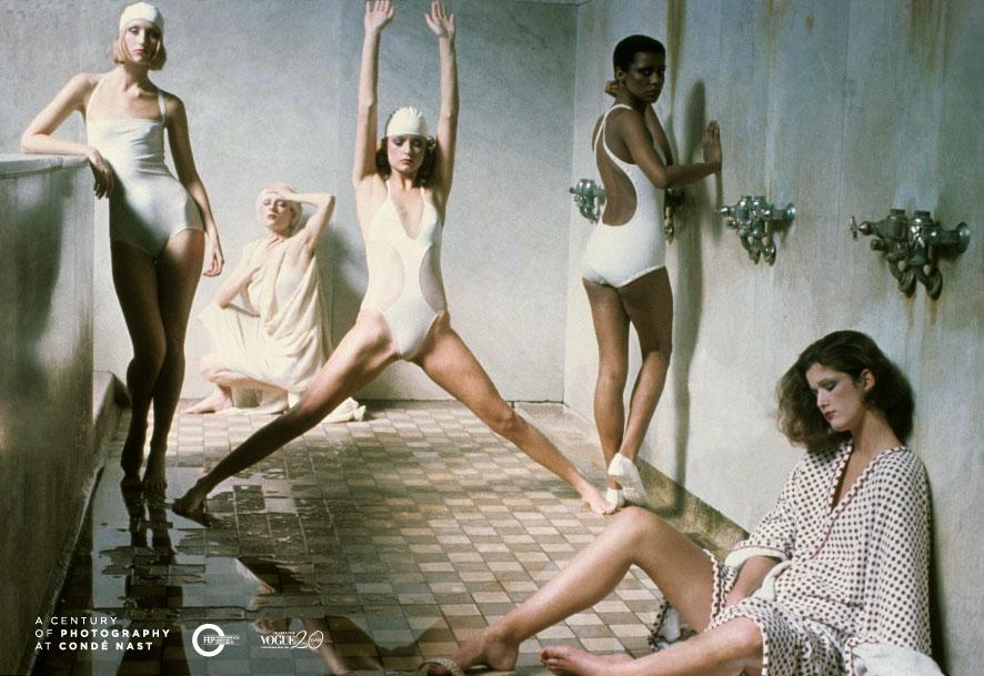 Deborah Turbeville, May 1975, Vogue American, 本圖的作品正是出自於Bath House系列,畫 面中的模特兒們穿著泳衣,在澡堂內各自擺 出不同的動作,服裝與情緒的對比十分鮮明。